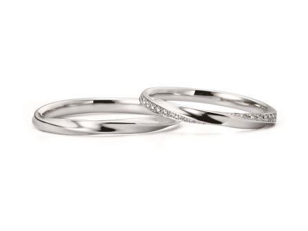 結婚指輪:ヴァイオレット・リリー 左:RVM6026G ¥79,920- 右:RVM6126W (WD) ¥142,560-