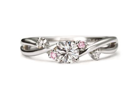 幸せに愛されるピンクカラーが、永遠の煌めきとともにあふれるほどの喜びを約束して。婚約指輪:インフィニティ RVE50-3 (PD) ¥205,200-