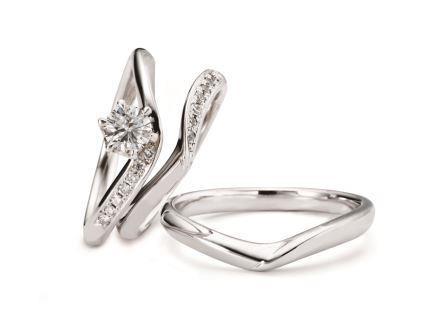 重ねたときにそっと寄り添うリングは、これからふたりがずっと一緒だという誓いの印。婚約指輪:バタフライ RVE9-03 (WD) ¥136,080-