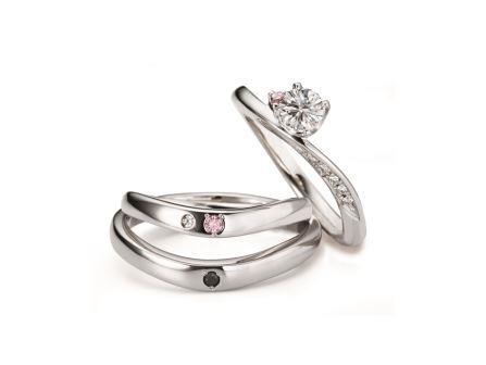 両手いっぱいの大きな幸せに包まれたふたりを祝福するようにダイヤモンドが煌めいて。セットリング:ピュアセレナーデ 右:RVE1-03 (PD) ¥174,960- 中:RVM6103W (WD) ¥157,600- 下:RVM6003G (BKD) ¥125,280-