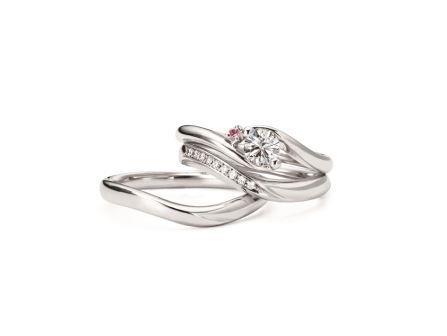 結婚指輪:上:フェアリーウィスパー RVE62-03 (PD) ¥136,080- 中:フェアリーウィスパー RVM 6122W (WD) ¥118,800- 右:フェアリーウィスパー RVM6022G ¥92,880-