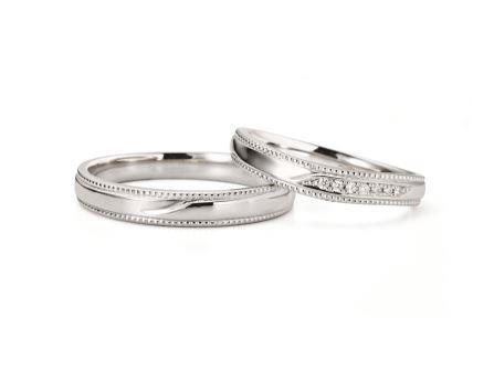 結婚指輪:ミラージュ 左:RVM6018G ¥105,840- 右:RVM6118W (WD) ¥123,120-