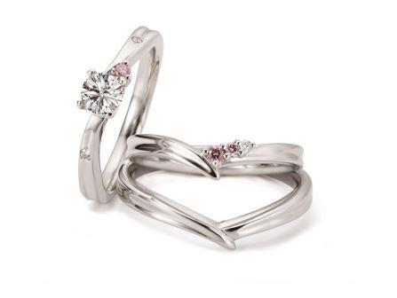 """""""ずっと幸せでありますように""""と願いを込めたリングが永遠にふたりを見守ってくれる。婚約指輪:ラフェスタ RVE03 (PD) ¥177,120-"""