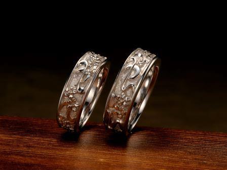 結婚指輪:上弦月光(夜桜)淡い月光に照らされながら、幻想的な世界を魅せる夜の桜。一瞬の静けさを永遠につなぎとめた、月と夜桜の姿を印象的に描きました。