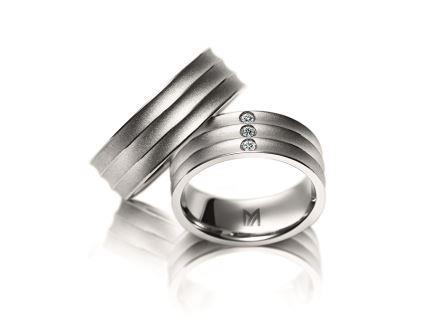 結婚指輪:マイスター ファンタスティックスライン 079 WG750 左:¥295,000- 右:¥395,000-