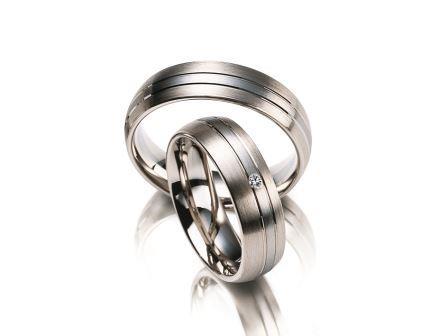 結婚指輪:マイスター ファンタスティックスライン 041 WG750/Pt950 上:¥285,000- 下:¥310,000-