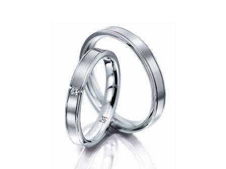 結婚指輪:マイスター クラシックスライン 111 WG750 左:¥195,000- 右:¥150,000-