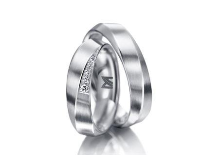 結婚指輪:マイスター ファンタスティックスライン 103 WG750 左:¥420,000- 右:¥315,000-