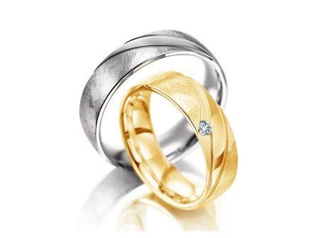 結婚指輪:マイスター インディビジュアルズライン 108 上:WG750 ¥265,000- 下:YG750 ¥295,000-