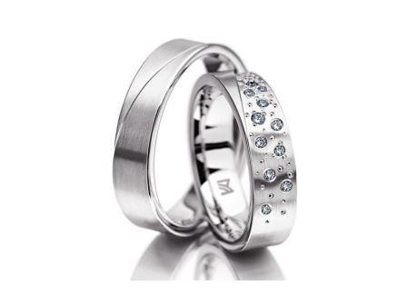結婚指輪:マイスター シンボリックスライン 096 WG750 右:¥265,000- 左:¥565,000-