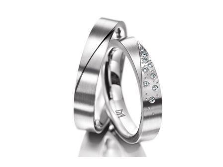 結婚指輪:マイスター シンボリックスライン 112 WG750 左:¥210,000- 右:¥400,000-