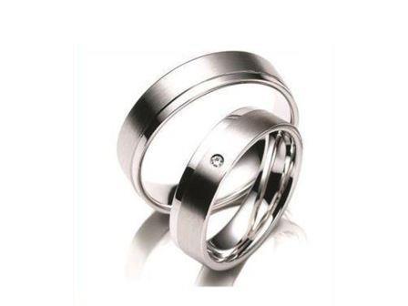 結婚指輪:マイスター クラシックスライン023 Pt950 左:¥345,000- 右:¥295,000-