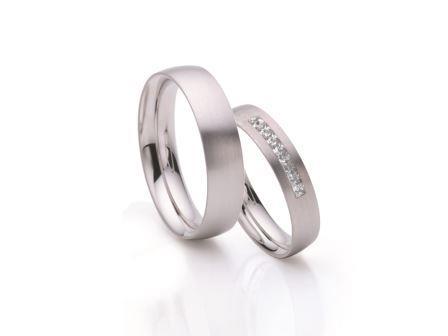 結婚指輪:ローザマーレ 左:ho20268/5 W750 ¥157,680-  右:ho4/20268/4 W750/0.2ct ¥226,800-
