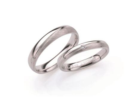 結婚指輪:ローザマーレ 左:20704/4 W750 ¥108,000-  右:4/20704/3 W750/0.02ct ¥97,200-