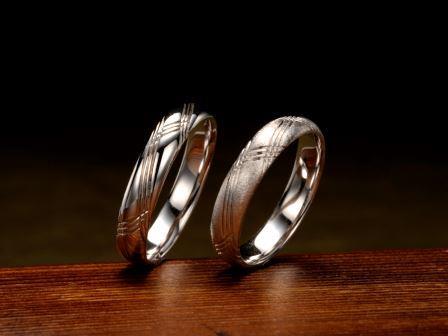 結婚指輪:夢線 曲がることなく、絶えることなく、つながり続けるそれぞれの線には、二人の未来の夢を実現する「知恵」と「勇気」と「行動」が込められています。