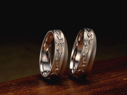 結婚指輪:桃始笑 柔らかな桃の花弁は、天真爛漫な笑顔の様で見ると思わず笑みが・・・。いつの時代も、笑みを絶やさず移りゆく季節を愛おしむ日々を。
