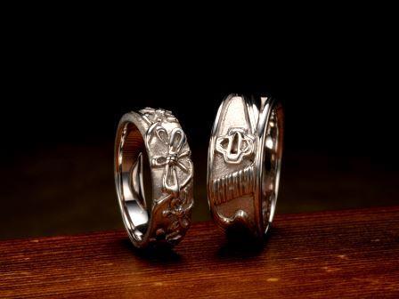 結婚指輪:組紐蝶 結婚指輪:武蔵 「組紐蝶」は日本古来の伝統工芸品である組紐を蝶結びにしている様子をデザインしました。「武蔵」は宮本武蔵が剣の達人だったことを表す日本刀の鍔をモチーフにしています。