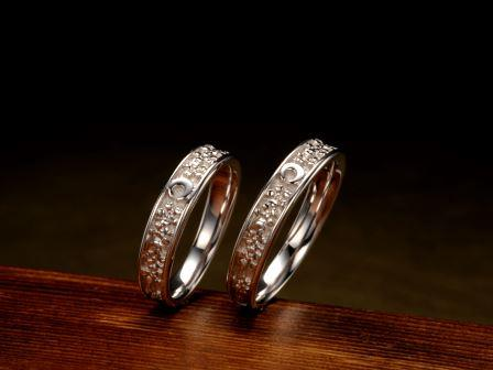 結婚指輪:上弦月光(弥生)静かに昇った上弦の月は、夜中になるとおぼろにかすみ、満開に咲き誇る桜を、しっとりとした光沢を持った光が優しく包みます。