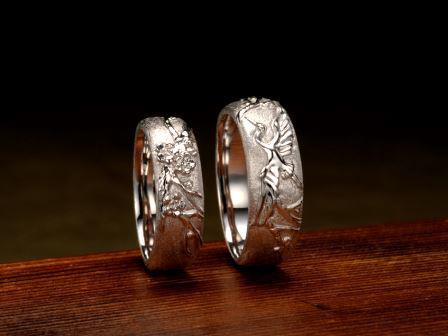 結婚指輪:香梅 飛鶴 戦国の世、選ばれし武将が鎧の上に羽織っていた陣羽織。そこに描かれていた吉祥文様。末永い幸せを願い、その代表的な文様である「飛鶴」、「香梅」を表現