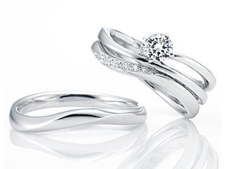 結婚指輪:Memorial Snow 〜心に刻む思い〜 Pt900  左:¥91,000- 右:¥104,000- (セットリング右上:ERはじまり)