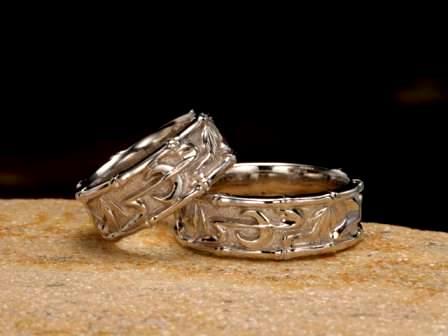 結婚指輪:上弦月光(輝竹)聖なる力を持つといわれる竹と、おだやかな月のシルエットがひたむきで美しい二人の心を表しています。