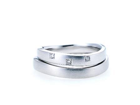 結婚リング:上:AL16 ¥157,680- 右:AL16 ¥155,520-
