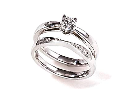 婚約指輪:ソナーレ 上:カリヨン(ER)  下:(MR)