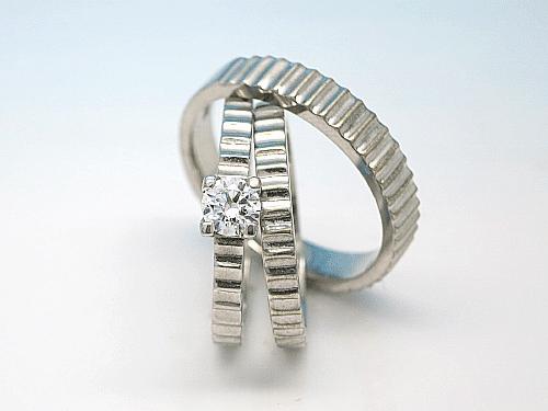 婚約指輪・結婚指輪:左:ER-0004-1 枠のみ ¥111,400- 中:ER-0004-3L ¥165,600- 奥:ER-0001-0004-2M ¥141,200-
